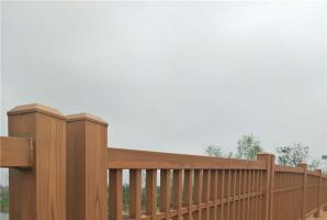 青岛景区河道钢构护栏木纹漆施工