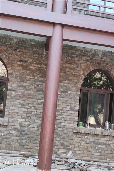 仿古四合院,水泥柱上施工木纹漆效果惊...